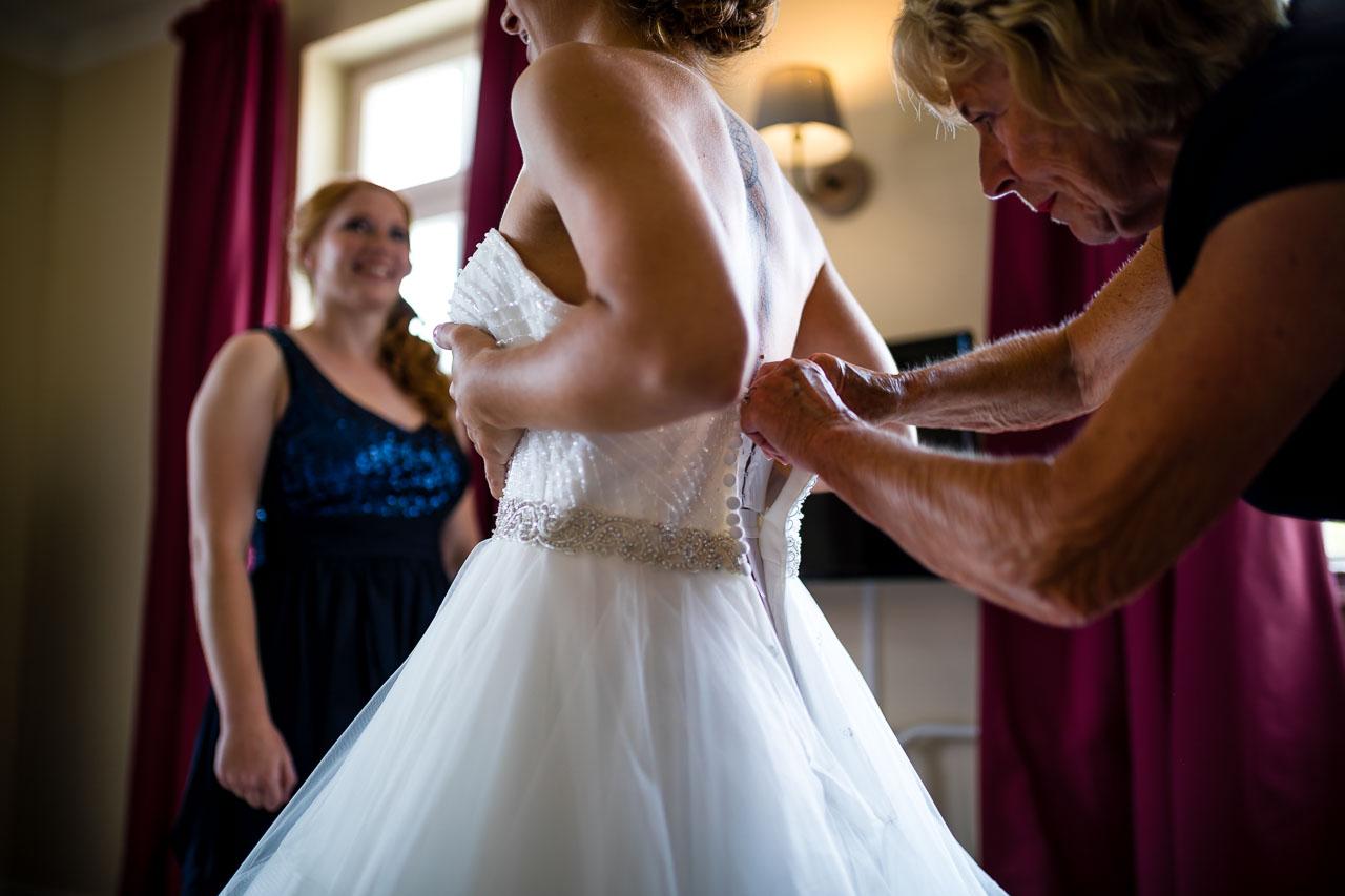 Braut Kleid schließen Hochzeit Schloss Langenburg Hochzeitsfotograf