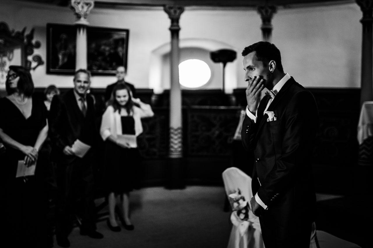 Bräutigam wartet auf Braut Kapelle Schloss Langenburg Hochzeitsfotograf