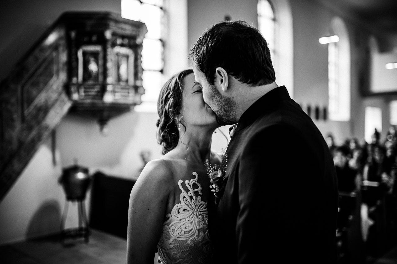 Brautpaar Kuss Hochzeit Fotograf Breisach